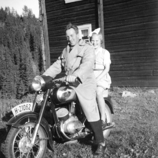 Ola Flåto. Bildet er teke på Flåto omkring 1955. Bak på sykkelen sit syster mi Gerd Flåto
